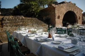 Casal Santa Eulalia Hochzeit auf Mallorca lange Tafel am Pool