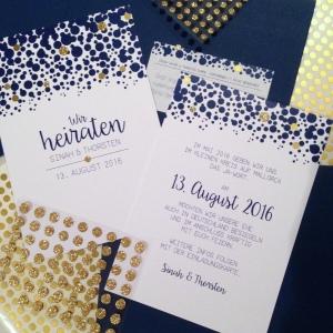 Save the Date Karten gold dunkelblau Punkte Hochzeitsplanerin heiratet
