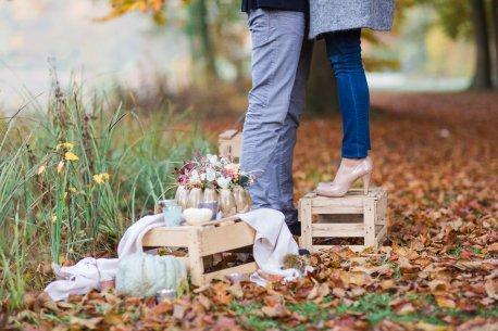 Verlobungsshooting Hochzeitsplanerin heiratet Herbst Kürbis Steinfurter Bagno Schuhe
