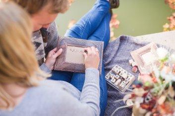 Hochzeitsplanerin heiratet Verlobungsshooting Herbst Stempeln Bilderrahmen