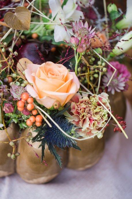 Hochzeitsplanerin heiratet Verlobungsshooting Herbstblumen Weinkiste