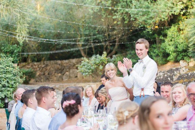 Hochzeitsplanerin heiratet Mallorca Hochzeit lange Tafel BBQ