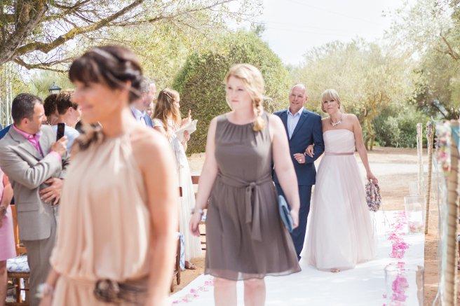Hochzeitsplanerin heiratet Hochzeit Mallorca Einzug Braut mit Vater