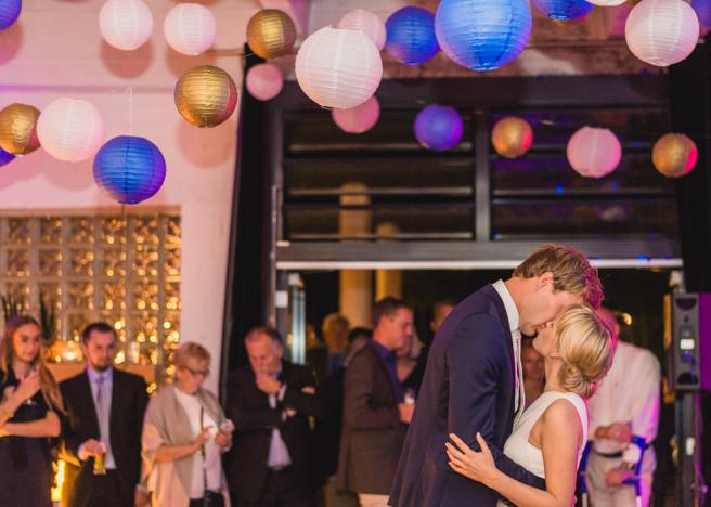 hochzeitsplanerin-heiratet-standesamt-eroffnungstanz-konfetti-lampions