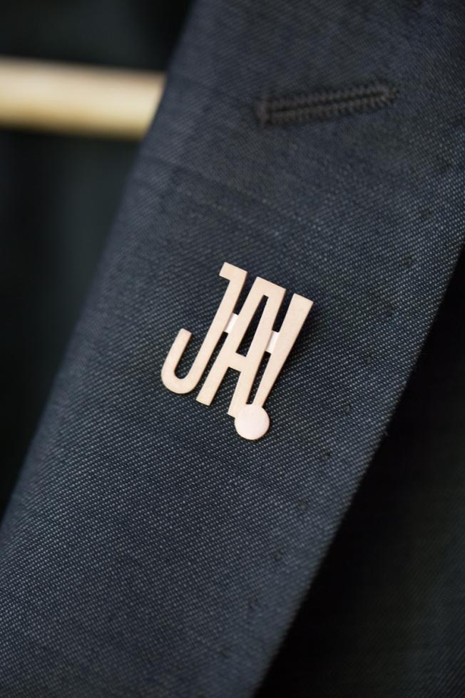 hochzeitsplanerin-heiratet-anstecker-brautigam-gold-nadel-ja3