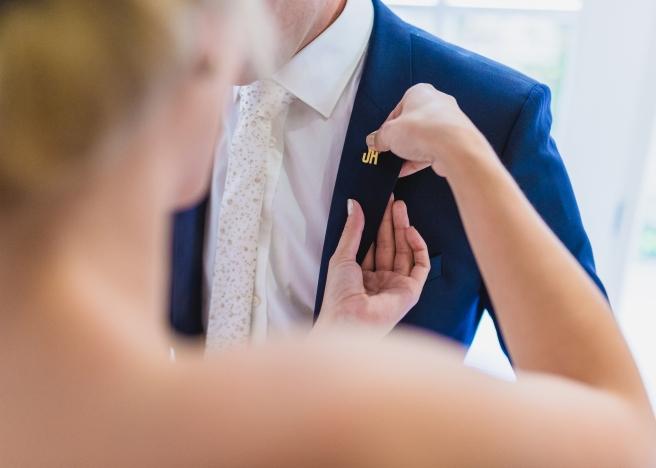 hochzeitsplanerin-heiratet-anstecker-brautigam-morgengabe1