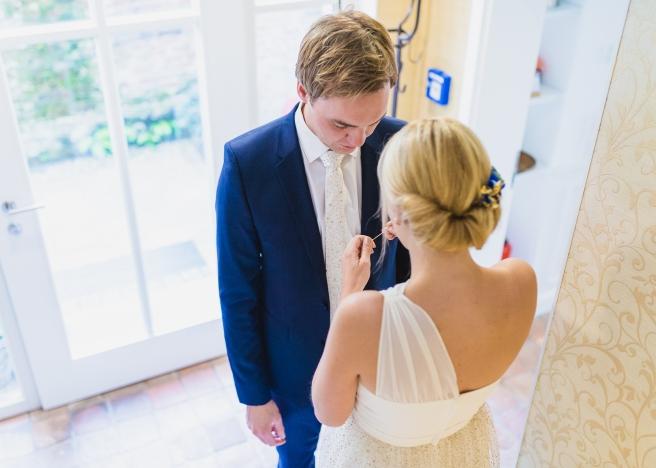 hochzeitsplanerin-heiratet-anstecker-brautigam-morgengabe3